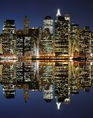 De Lower Manhattan Skyline met ernstige reflecties in New York City.