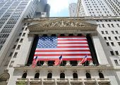 NEW YORK CITY - 4 de junio: El histórico New York Stock Exchange en Wall Street con multitudes, uno o