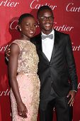 PALM SPRINGS - 4 de JAN: Peter Nyong'o (hermano), Lupita Nyong'o en el Palm Springs Film Festival Gal