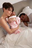 Kleines neugeborenes Baby im Bett zu Hause Mutter