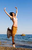 Постер, плакат: Счастливая молодая женщина прыжки на пляже