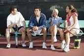 Parejas en cancha de tenis