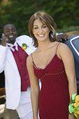 Adolescente em vestido fora limo com data atrás, retrato