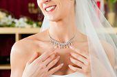 Braut an der Kleidung-Shop für Hochzeit Kleider; Sie ist ein Kleid und Schmuck auswählen.