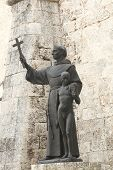Franz von Assisi mit kleinen Jungen