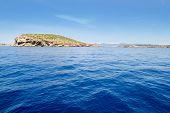 Ilha de Ibiza Illa del Bosque em San Antonio no Mediterrâneo azul de Baleares