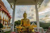 Buddha-Statue im sitzen Körperhaltung