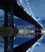 New York City Skyline en Manhattan brug bij nacht