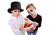 Foto de dois meninos misteriosos com saco de Halloween trata olhando para câmera