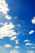 Céu azul brilhante em dia de Verão