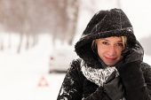 Mulher com carro avaria neve acidente estrada inverno quebrado chateado