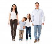 Família feliz andando - isolado sobre um fundo branco