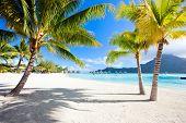 Hermosa playa con vistas a la montaña Otemanu en Isla Bora Bora