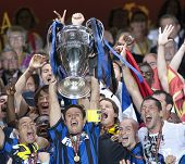 MADRID, SPAIN. 22/05/2010. Inter players with the trophy for winning the  Champions League final. pl