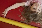 Portret van vrolijk meisje liggen in springkasteel