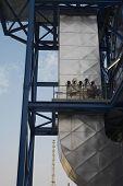 Low Angle View of Abgase Abfluß von Kessel Komplex von ölbefeuerten Kraftwerk