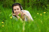 Junges Mädchen mit Kopfhörern suchen rechts