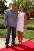 LOS ANGELES, 11 de julho: Daniella & de Chris Peters chega a Birgit C. Muller Fashion Show, em Chaves