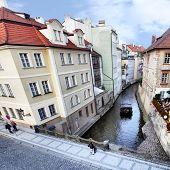 Canal estreito em Praga. República Tcheca