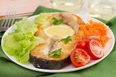 Peixe frito com legumes na chapa branca