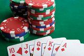 Jugando a las cartas y fichas de juegos de azar