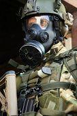 Soldado do exército com armas e máscara de gás.