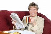 Mujer de negocios, trabajo en casa en el sofá con un café