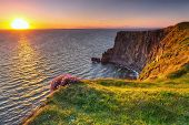 Cliffs of Moher bei Sonnenuntergang in Co. Clare, Irland