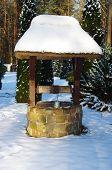 Velho poço na paisagem de Inverno