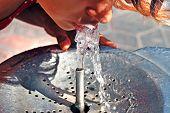 Beber de la fuente de agua