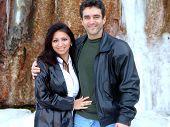 Casal e cachoeira gelada