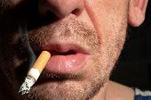 Fumante com um esboço