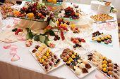 Постер, плакат: Банкетный стол полный сладости фрукты и ягоды