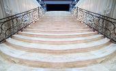 magnífica escalera de mármol claro con barandillas de metal adornados