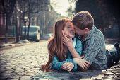 Casal de adolescentes deitado na rua juntos