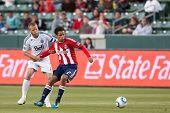 CARSON, CA. - Junio 1:Chivas USA F Chris Cortez #27 (R) & Vancouver Whitecaps FC D Jay demérito #6 dur