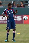 CARSON, CA. - 1 de junio: Chivas USA D Seth Owusu #33 antes del partido de la MLS entre Vancouver Whitecaps &