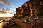 Постер, плакат: Золотой песчаника Клифф закат на пляже куст Бертон Bradstock вблизи Бридпорт Дорсет