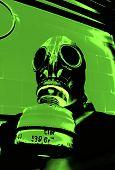Pessoa na máscara de gás