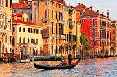 Gondolero navega el canal veneciano