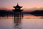 oude paviljoen op de west lake met zonsondergang in hangzhou, China.