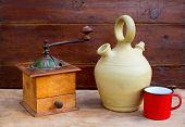 Retro alte Kaffeemühle mit Jahrgang Botijo Ton-Jar auf Alter Holz