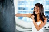 Постер, плакат: Женщина бокс в тренажерном зале