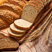 Постер, плакат: ассортимент хлеба на деревянный стол