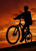 silueta del ciclista de montaña en sunrise