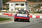 Castelo Branco, Portugal - 10 de marzo: Anibal Rolo conduce un Renault 5 Turbo durante el Rally Castelo Branc