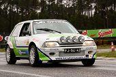 Leiria, Portugal - 20 de abril: Ricardo Soares unidades de um Citroen Ax durante um dia de Rally Verde Pino 2