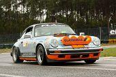 Leiria, Portugal - 20 de abril: Pedro L Antunes unidades de um Porsche 911 durante um dia de Rally Verde Pino