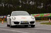 Leiria, Portugal - 20 de abril: Bruno Silva Drives A Porsche 911 S durante um dia de Rally Verde Pino 2