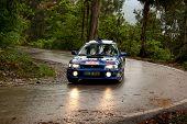 Leiria, Portugal - 21 de abril: Joao Jose Mendes unidades de um Subaru Imprenza durante o dia dois de Rally Verde